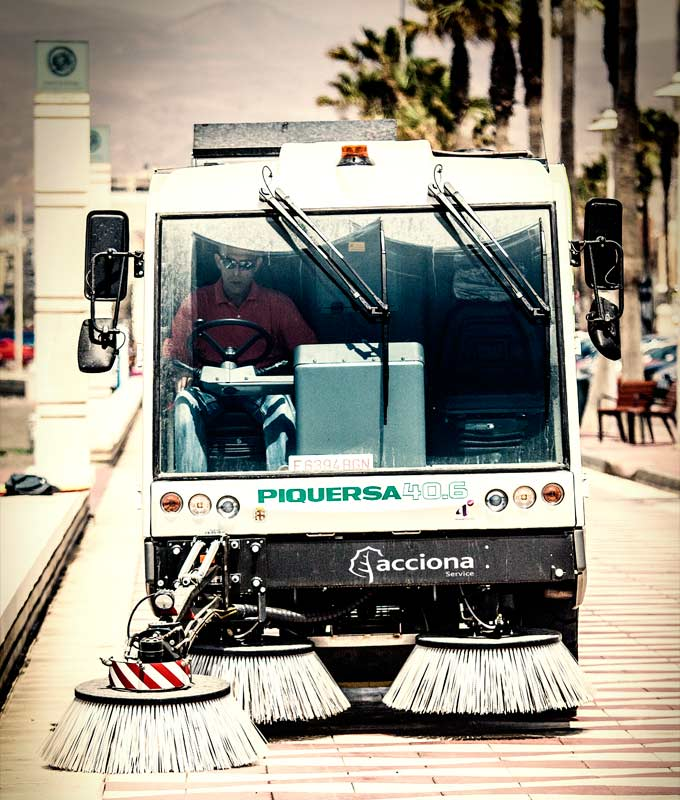 ACCIONA is responsible for the cleaning and comprehensive care of 12 beaches in the Mediterranean